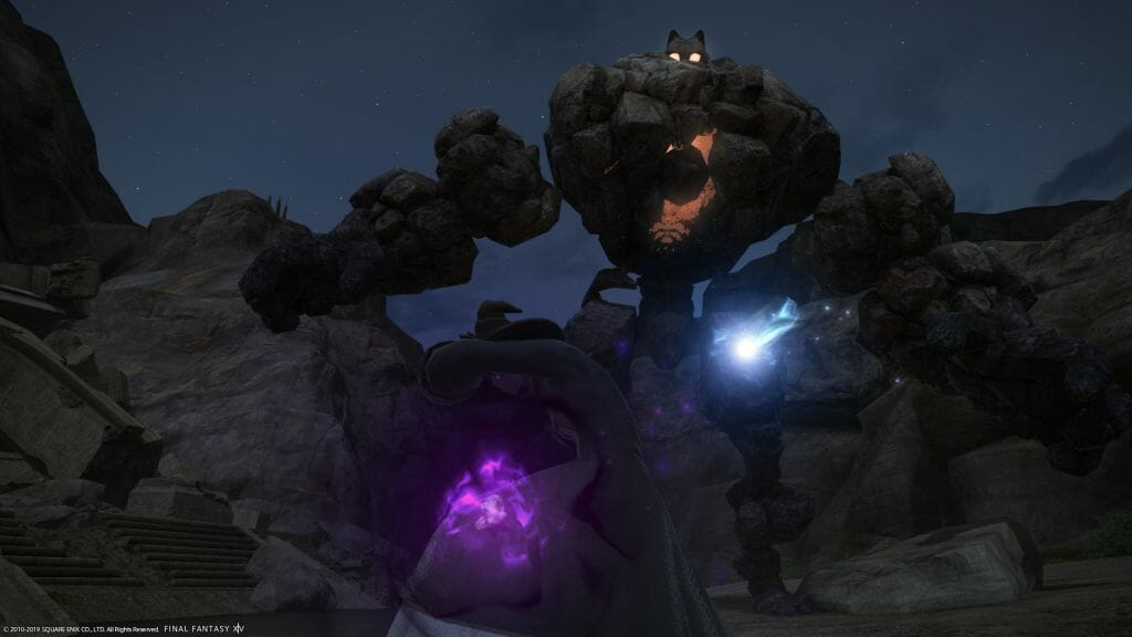 Skye Grandeterre, a Duskwight Elezen, battles a Clay Golem in Final Fantasy XIV